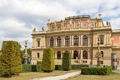 Overleg en galerij die Rudolfinum in Praag, Tsjechische Republiek bouwen royalty-vrije stock foto