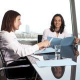 Overleg met financiële adviseur stock foto's