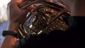 Overleg van het orkest op het stadium van het operahuis stock footage