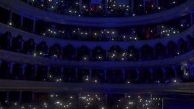 Overleg van het orkest op het stadium van het operahuis stock video