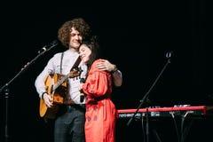 Overleg van het Witrussische indie pop duo NAVI, ook genoemd Naviba Stock Foto