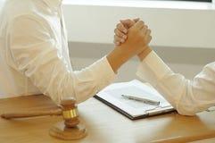 Overleg voor advocaten en samenwerking tussen bedrijven stock foto's