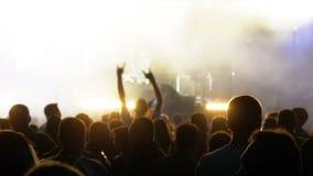 Overlegmenigte bij Muziekfestival Menigtemensen het Dansen Rotsoverleg stock footage