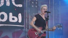 Overlegpopgroep die op stadium met vocalist, gitarist, nachtsluipschutters presteren Muziekvideo van een punk, zwaar metaal of ee stock footage