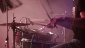 Overlegpopgroep die op stadium presteert drummer stock videobeelden