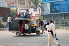 Overloaded indyjski tuku tuk na typowej upaćkanej ulicie, India Obrazy Stock