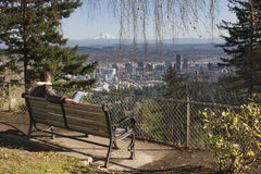 Overlookng Portland, Oregon dell'uomo Fotografia Stock