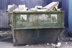 Overlopende huisvuilbak met huishoudelijk afval in stad Royalty-vrije Stock Foto's