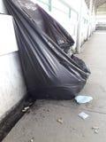 Overlopende vuilniszak Stock Fotografie