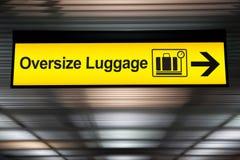 Overmaats bagage geel teken met pijlrichting royalty-vrije stock foto