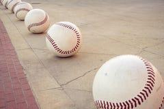 Overmaatse decoratieve baseballs vormen een weg langs een stoep stock fotografie
