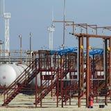 Overpass φόρτωση των προϊόντων πετρελαίου και των σκαφών αποθήκευσης καυσίμων στοκ φωτογραφία με δικαίωμα ελεύθερης χρήσης