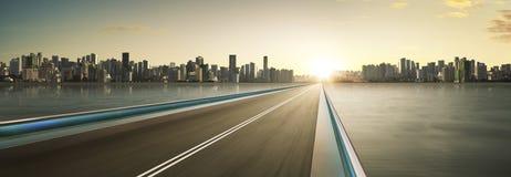 Overpass εθνικών οδών θαμπάδα κινήσεων με το υπόβαθρο οριζόντων πόλεων στοκ εικόνες