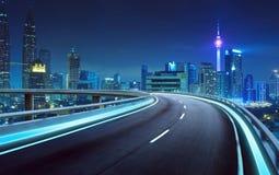 Overpass εθνικών οδών θαμπάδα κινήσεων με το υπόβαθρο πόλεων στοκ φωτογραφία
