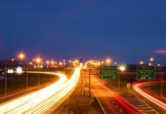 Overpass, ελαφριά ίχνη, νεφελώδες βράδυ Στοκ Εικόνες