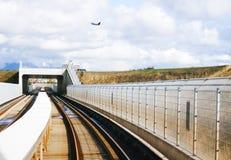 Αεριωθούμενο αεροπλάνο πέρα από overpass Στοκ φωτογραφία με δικαίωμα ελεύθερης χρήσης
