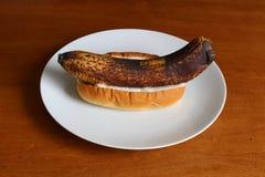 Overrijpe banaan met mayonaise in een broodje Royalty-vrije Stock Afbeeldingen