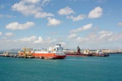 Overschepingsterminal voor de producten van het ladingsstaal aan overzeese schepen die kustkranen met behulp van en speciaal mate stock afbeelding