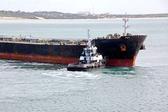 Overschepingsterminal voor de producten van het ladingsstaal aan overzeese schepen die kustkranen met behulp van en speciaal mate stock foto's