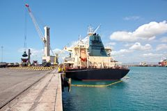 Overschepingsterminal voor de producten van het ladingsstaal aan overzeese schepen die kustkranen met behulp van en speciaal mate royalty-vrije stock afbeeldingen