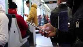 Overseinen op smartphone binnen van metro stock videobeelden