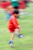 Overslaande jongen met beweging. Royalty-vrije Stock Fotografie