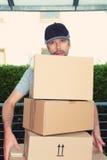 Overspannen brievenbesteller met pakketten Stock Foto's