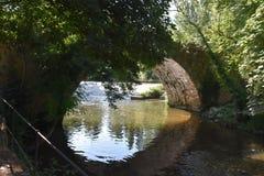 Overspannen brug over Rio Eresma onder Alcazar in Segovia Spanje stock fotografie