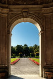 Overspannen deuropening die tot een formele tuin leiden Stock Foto