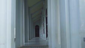 Overspannen gangarchitectuur in oud de bouwontwerp De lange barokke buitenkant van de arcadecolonnade Antiek ontwerp met stock videobeelden