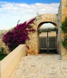 Overspannen gateway op huis stock afbeelding
