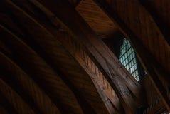 Overspannen kolommen in kloosterkapel met gebrandschilderd glasvensters stock foto