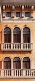 Overspannen vensters van Venetiaans huis Stock Afbeeldingen