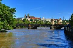 Overstromend in Praag in Juni 2013, Moldau, Kasteel, Praag, Tsjechische Republiek Stock Afbeelding