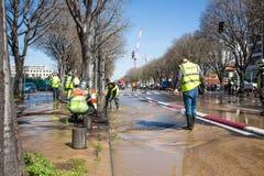 Overstroming in de straat toe te schrijven aan gebroken pijp stock foto's