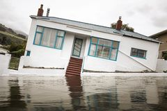 Overstroming met een bochtig huis stock fotografie