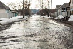 Overstroming van weg toe te schrijven aan sneeuw die en het toenemen van waterspiegel smelten Het incident van de de lentenoodsit stock afbeeldingen