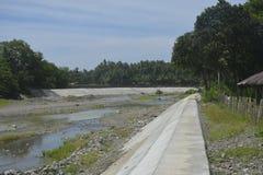 Overstromingsbeheersysteem bij Digos-rivier, Digos-Stad, Davao del Sur, Filippijnen wordt gevestigd die Stock Afbeelding