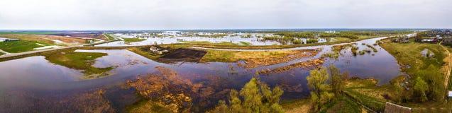 Overstromingswater bij de lente De mening van de hommelvloed Stock Fotografie