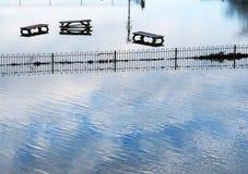 Drie overstroomde parkbanken Royalty-vrije Stock Afbeelding