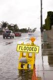 Overstroomd straat en teken Stock Fotografie
