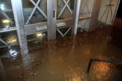 Overstroomde de bouwingang, die door Orkaan San wordt veroorzaakt Stock Afbeeldingen