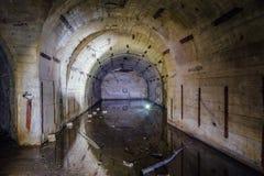 Overstroomde een boog gevormde ruimte bij Voorwerp 221, verlaten sovjetbunker, reservecommandopost van de Vloot van de Zwarte Zee stock fotografie