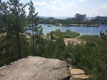 Overstroomde granietsteengroeve in Chelyabinsk stock fotografie