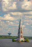 Overstroomde Klokketoren en radiotelescoop op horizon Royalty-vrije Stock Foto