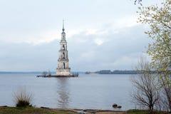 Overstroomde Klokketoren in Kalyazin Royalty-vrije Stock Foto's