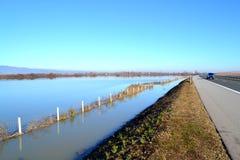 Overstroomde landbouwgrond dichtbij weg, Bulgarije Royalty-vrije Stock Foto's