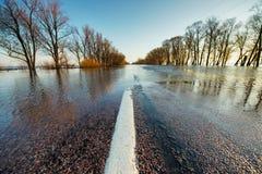 Overstroomde landelijke weg in de lente Royalty-vrije Stock Foto
