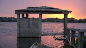 Overstroomde pijler op de kust van het meer stock footage