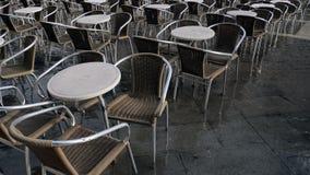 Overstroomde restaurantlijsten en stoelen Venetië, Italië stock videobeelden